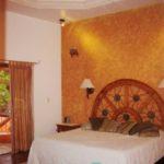 Main Bedroom (all bedrooms have a balcony facing the backyard) / Recámara Principal con Balcón (Todas las habitaciones tienen balcón con vista al jardín)