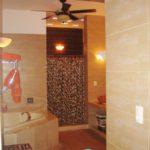 Main Bathroom with two showers & water-back massager / Baño Principal con dos regaderas y masaje para la espalda